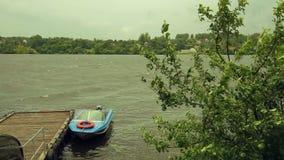 Ein kleines Boot am Pier im Sturm stock video