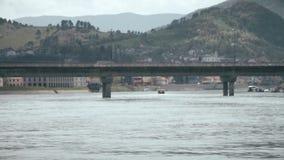 Ein kleines Boot schwimmt auf den Fluss stock footage