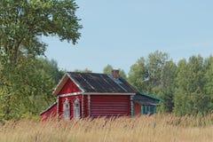 Ein kleines hölzernes Blockhaus in einem Dorf aufgestellt im Wald Stockfotos