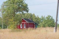 Ein kleines hölzernes Blockhaus in einem Dorf aufgestellt im Wald Stockfotografie
