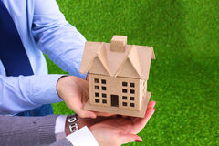 Ein kleines Haus in den Händen Große Pläne während der Zukunft Stockfotografie