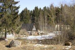Ein kleines Holzhaus am Rand eines Waldes Stockbilder
