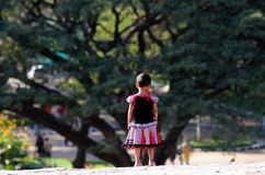 Ein kleines Indien-Kind im Garten mit tiefem Gedanken Stockfoto