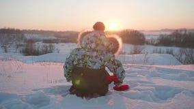 Ein kleines Kind, das mit Schnee in Winter Park spielt Sonniger Winter ` s Tag Spaß und Spiele in der Frischluft stock video