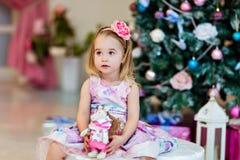 Ein kleines Kind in einem Lavendelkleid vor dem hintergrund lizenzfreies stockbild