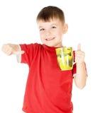 Ein kleines Kind stellte zufrieden, was er trinkt Stockfoto
