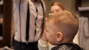 Ein kleines Kindertrockener Haartrockner nach Haarschnitt stock footage