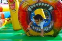 Ein kleines Kindspielen Lizenzfreie Stockfotos