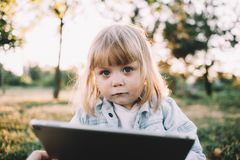 Ein kleines Mädchen auf dem Gras Lizenzfreie Stockfotografie