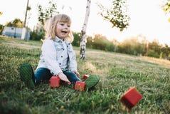 Ein kleines Mädchen auf dem Gras Stockfoto