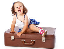 Ein kleines Mädchen auf dem Koffer Lizenzfreie Stockbilder