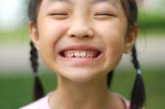 Ein kleines Mädchen bilden Gesichter Stockfotografie