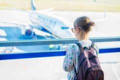 Ein kleines Mädchen, das auf die Aussichtsplattform am Flughafen wartet lizenzfreie stockbilder