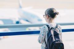 Ein kleines Mädchen, das auf die Aussichtsplattform am Flughafen wartet stockfotografie