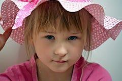 Ein kleines Mädchen, das einen rosa Hut trägt stockfotos