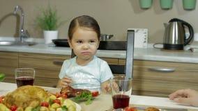 Ein kleines Mädchen, das Familie zu Abend isst stock video