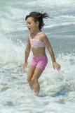 Ein kleines Mädchen, das im Meer spielt Lizenzfreies Stockfoto