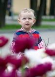 Ein kleines Mädchen, das oben schaut Lizenzfreies Stockfoto