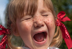 Ein kleines Mädchen, das Pippi Longstocking mit ihren Augen darstellt, schloss und Gesichter, das macht Lizenzfreie Stockfotos