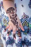 Ein kleines Mädchen, das traditionelles Hennastrauch tatto zeigt stockfotos