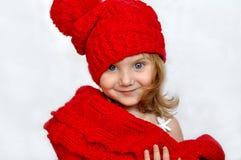 Ein kleines Mädchen in einer gestrickten purpurroten Kappe Lizenzfreie Stockbilder