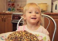 Ein kleines Mädchen feiert Geburtstag lizenzfreie stockfotografie