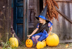 Ein kleines Mädchen gekleidet als Hexe für Halloween Lizenzfreies Stockfoto