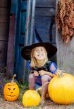 Ein kleines Mädchen gekleidet als Hexe für Halloween Stockfotografie
