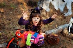 Ein kleines Mädchen gekleidet als Hexe für Halloween Lizenzfreie Stockbilder