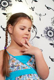 Ein kleines Mädchen im blauen Kleid Lizenzfreie Stockfotografie