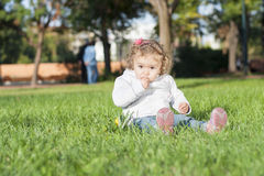 Ein kleines Mädchen im Park Lizenzfreies Stockfoto