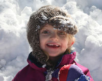 Ein kleines Mädchen im Schnee lizenzfreie stockbilder