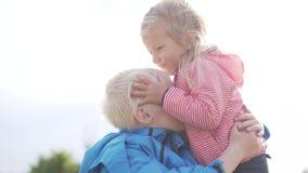 Ein kleines Mädchen küsst leicht ihren älteren Bruder stock video footage