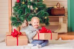 Ein kleines Mädchen am Weihnachten Stockbilder