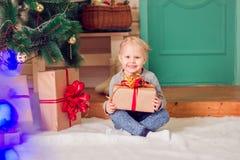 Ein kleines Mädchen am Weihnachten Stockfotos
