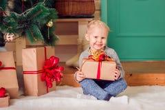 Ein kleines Mädchen am Weihnachten Stockfotografie
