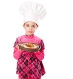 Ein kleines Mädchen hält eine Platte der Torte an Lizenzfreie Stockfotos