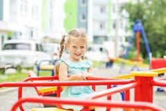 Ein kleines nettes Kind reitet ein Karussell Das Konzept der Kindheit, Lebensstil, Erziehung, Kindergarten stockfotografie