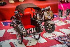 Ein kleines pedicap traditioneller Weinleseminiaturtransport stockfotografie