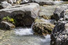 Ein kleines, reines, klares und kaltes Wasser, das von den Bergen meines Vaterlandes fließt Lizenzfreies Stockfoto
