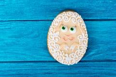 Ein kleines Schaf Ostern-Plätzchen auf blauem hölzernem Hintergrund Lizenzfreies Stockfoto