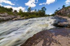 Ein kleines schnelles an der Mitte von Fluss Hirsky Tikych mit Schwalbenwasser in Buky stockfoto