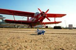 Ein kleines Spielzeugflugzeug Stockfotografie
