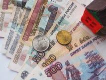 Ein kleines Spielzeughauskonzept in den russischen Rubeln Das Konzept von Einsparungen und von Aspirationen stockfotos