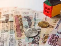 Ein kleines Spielzeughauskonzept in den russischen Rubeln Das Konzept von Einsparungen und von Aspirationen lizenzfreie stockfotos