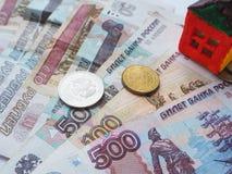 Ein kleines Spielzeughauskonzept in den russischen Rubeln Das Konzept von Einsparungen und von Aspirationen lizenzfreies stockbild
