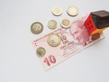 Ein kleines Spielzeughauskonzept in der türkischen Lira Das Konzept von Einsparungen und von Aspirationen lizenzfreie stockbilder