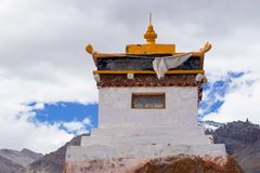 Ein kleines tibetanisches Kloster in den Bergen lizenzfreie stockfotos