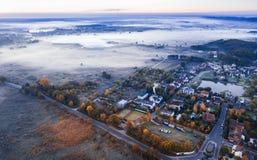 Ein kleines villge umgeben durch nebelige kalte Felder Luftfoto von der Spitze oben Straße aus Stadt heraus lizenzfreie stockbilder