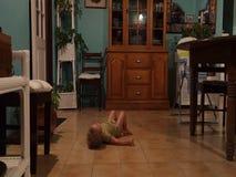 Ein Kleinkind, das auf Musik umzieht stock footage